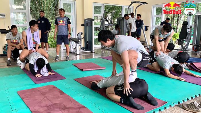 cong-phuong-gia-ngat-van-toan-lay-khan-lau-mo-hoi-siet-co-tuan-anh-o-phong-gym