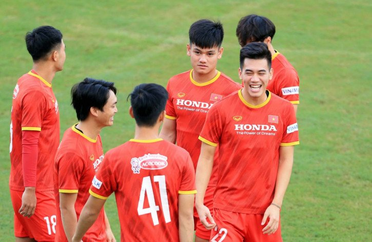 cong-phuongno-sung-lien-tuc-trung-quoc-lo-so-anh-ta-choi-theo-phong-cach-rat-rieng-rat-lat-leo