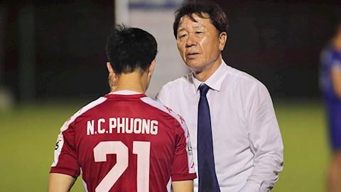 Huấn luyện viên người Hàn cũng tỏ ra khó hiểu khi một số cầu thủ TP.HCM đã đột nhiên chơi không đúng phong độ