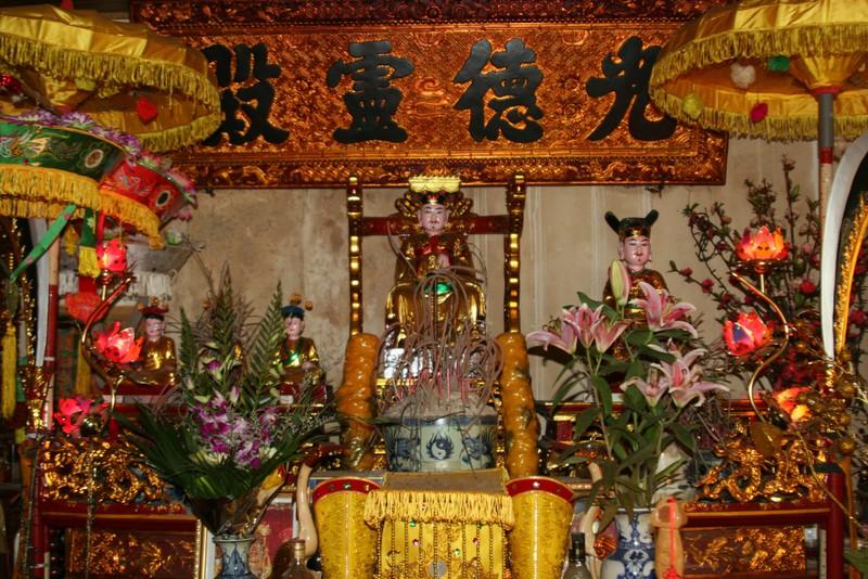 Nằm mơ thấy bàn thờ Thổ Công hoặc miếu Thổ Công từ xa
