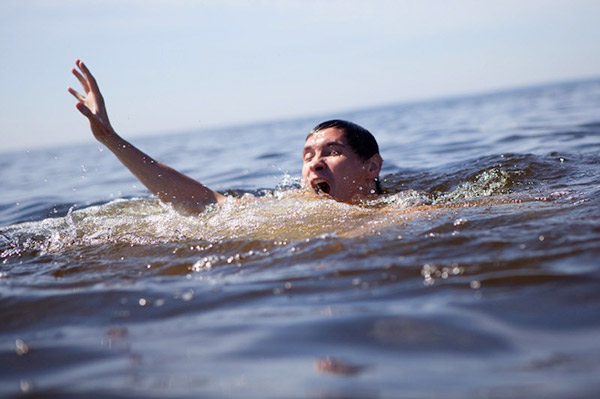 Mơ thấy có người bị rơi xuống ao và họ sắp chết đuối nhưng bạn không cứu