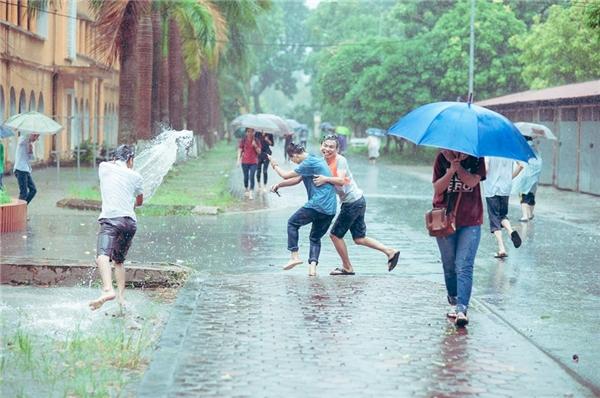 Mơ thấy cơn mưa lớn, ướt sũng mọi thứ