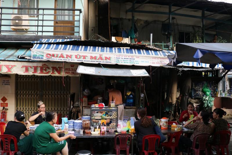 Mơ thấy mình bán hàng ăn nơi đông người