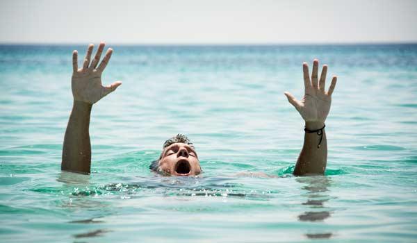 Mơ thấy mình bị chết đuối do bơi lội