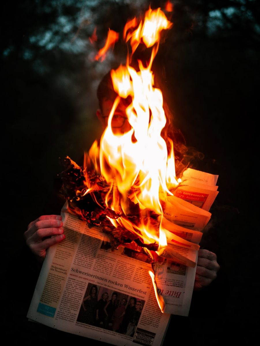 Mơ thấy mình đốt tờ báo