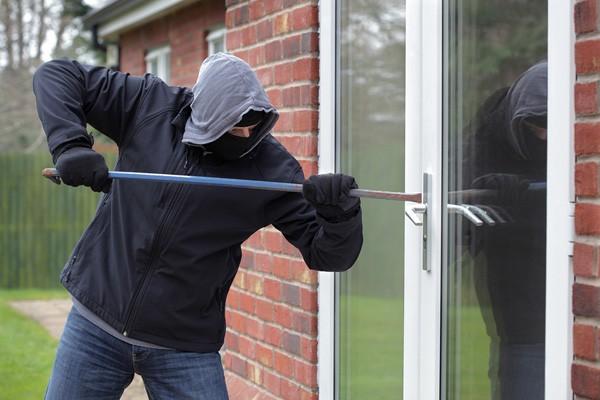 Mơ thấy mình đang trộm cạy cửa nhà mình