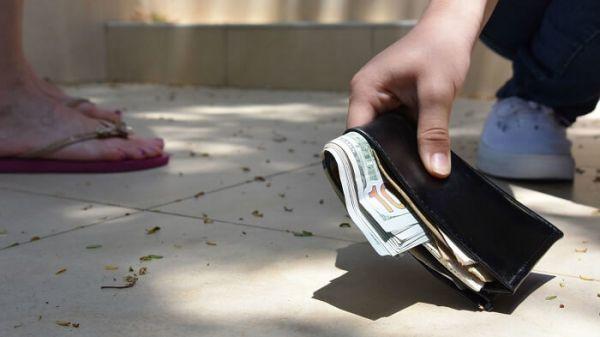 Mơ thấy nhặt được tiền