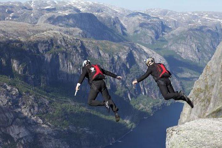 Mơ thấy nhảy từ trên núi xuống